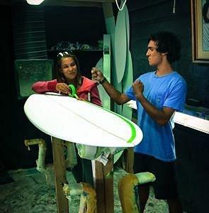 préparation d'une planche de surf avec le petit frère !