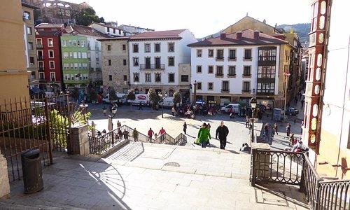 Vista de la plaza desde las Calzadas de Mallona con el Museo Etnografico al fondo