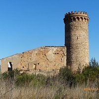 Seitenansicht der Ruine Castillo Torre Salvana