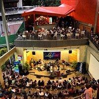 Vista Sala de conciertos exterior y fuente de soda.
