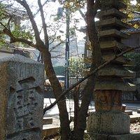 境内の十三重石塔