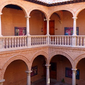 Detalle de los arcos y de las galerías de los dos pisos con los que cuenta este edificio.