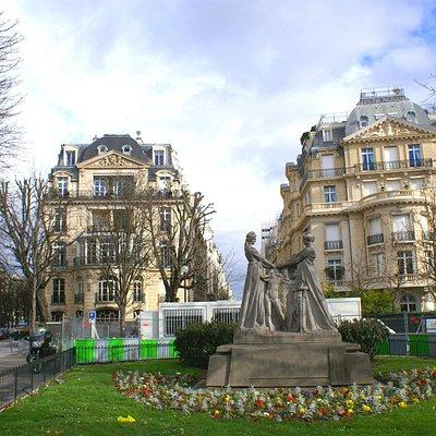 Jardin et sculpture coté Place de l'Alma