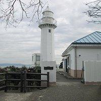 坂道を登りきった所にある灯台と事務所