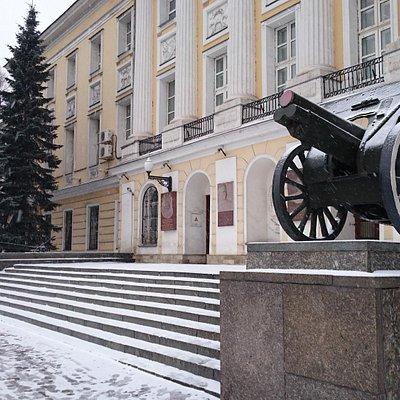 Центральный вход со стороны Садовнической набережной