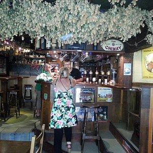Intérieur du Bar St Ulrich (houblon suspendu au plafond)