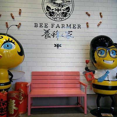 進入大廳後兩隻可愛的蜜蜂歡迎來訪遊客