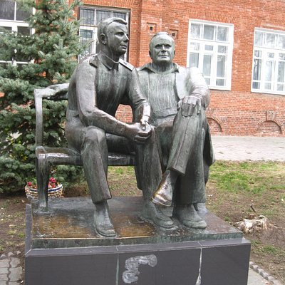 Памятник Королёву и Гагарину