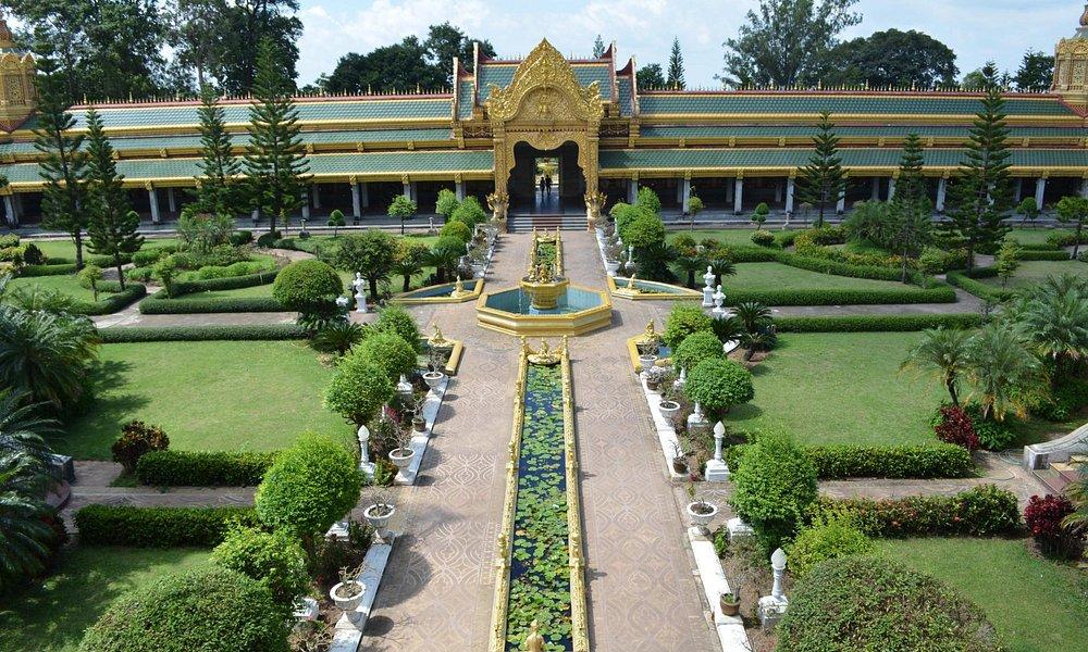 From main Chedi towards entrance