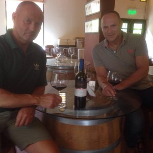 Geweldige plek in San Telmo om een goed glas wijn te drinken de eigenaar Flavio Quiles verstaat