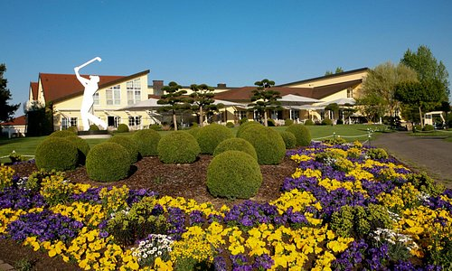Blick auf das Clubhaus mit der schönen Sonnenterasse