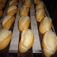pães  fresquinhos o dia todo .