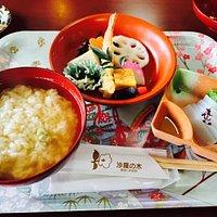 うずめ飯。初めて知りましたが、日本五大名飯だそうで、島根県西部の郷土料理だそうです。お茶漬けとよく似ていますが、中に豆腐や三葉、人参、椎茸などが入っていて美味しかった!