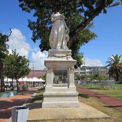 Estatua de Josefina sin cabeza