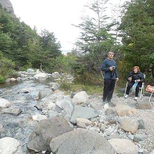 rio que corre formando pequeñas cascadas