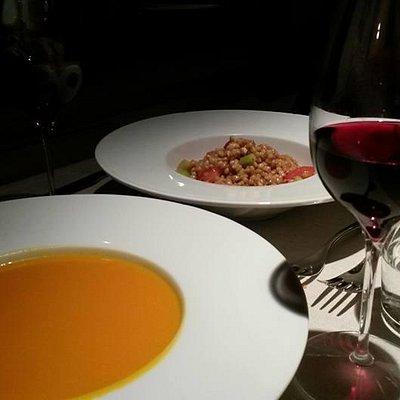 Orzo saltato tiepido con noci sedano pomodori e crema di zucca e zenzero
