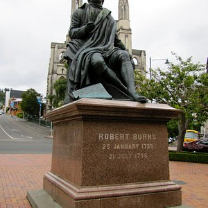 Burns statue faces away from the Cathedral