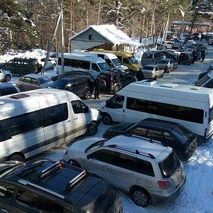 Цей, на стоянке много машин.