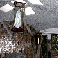 interior da Gruta onde se encontra imagem de Nossa Senhora de Fátima