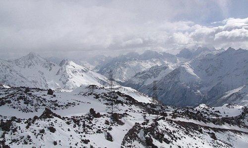 Вид с канатной дороги по пути на вершину Эльбруса