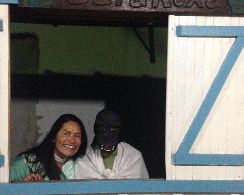 No carnaval as pessoas usam máscaras de monstros
