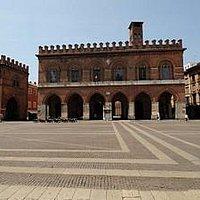 Palazzo Comunale a Cremona con accanto (sulla sinistra) la Loggia dei Militi.