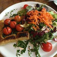 Eine Quiche mit Salat