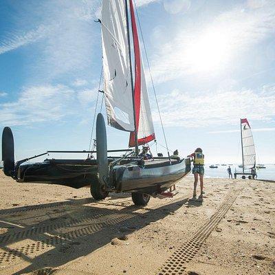mise à l'eau des catamarans sur la plage des sableaux