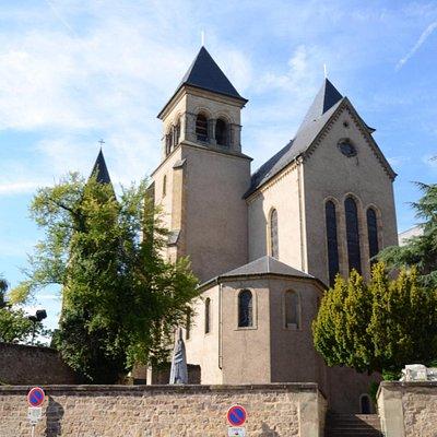 Pomnik Św. Wilibrorda przed Bazyliką w Echternach