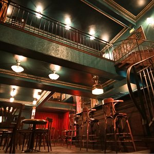 Un lieu sur deux espaces de fête: un premier étage et une mezzanine.