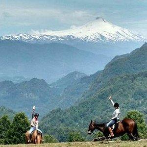 Senderos inmersos en la cordillera de los Andes, recorriendo bosques nativos, montañas y volcane