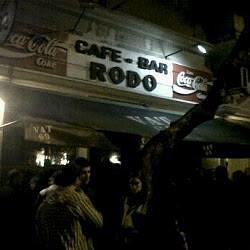 la entrada del Bar Rodò, donde la gente se agolpa a tomar un trago