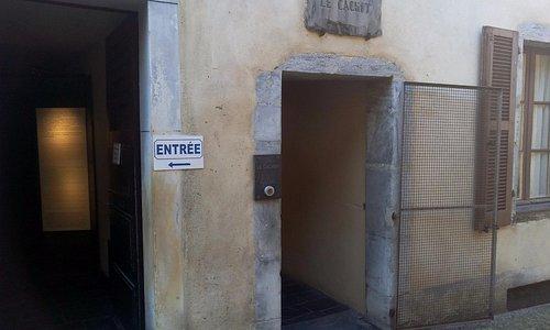 L'entrée du cachot ( situé à proximité du commissariat de Lourdes)