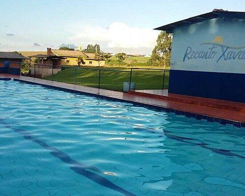 Bem arborizado, tudo muito limpo, piscina excelente em limpeza e profundidade. Só precisam melho
