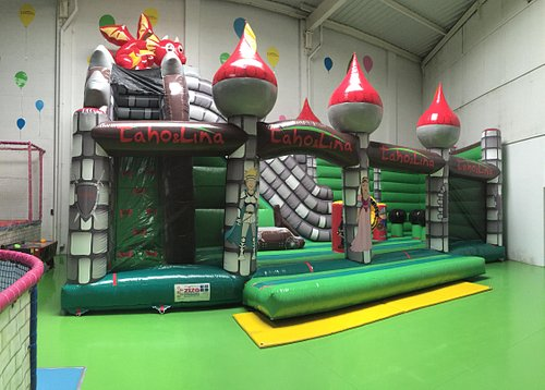 notre château gonflable dans le parc de jeux Taho et Lina Lomme