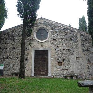 Facciata della Chiesa di San Pietro in Lucone, in prossimità del Cimitero a Polpenazze del Garda