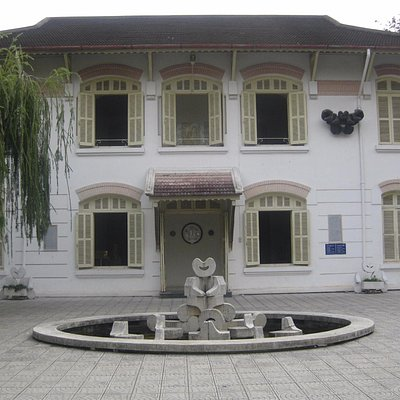 main entrance and a space in front of the gallery