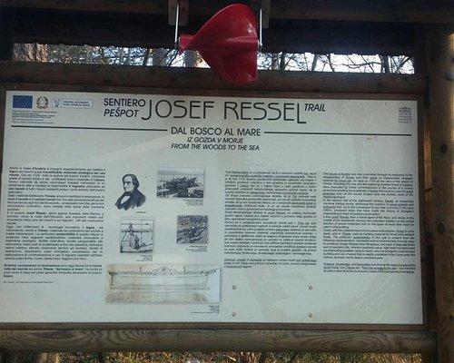 Uno delle edicole ( notasi l'elica quale omaggio all'inventore Ressel)