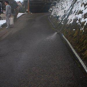 温泉街の坂道の融雪も温泉の筋湯