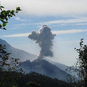 Vista de la erupción del Volcán Santiaguito desde el mirador de la cima del Volcán Chicabal