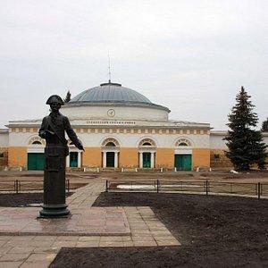 вид на конный завод со стороны музея