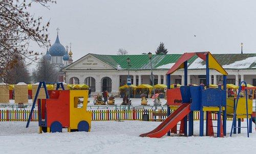 Кремль, Торговые ряды и детская площадка