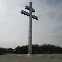 La croix de Lorraine face à la mer en bordure de plage du débarquement du 6 juin 1944