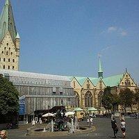 Außenansicht des Museums über den Marktplatz, im Hintergrund der Paderborner Dom