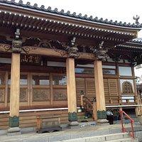 日本でも類をみない総ケヤキ作りの立派な本堂