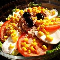 Insalata con Pomodoro, Mozzarella, Tonno, Olive e Mais.