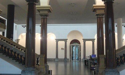 入口を入ると広いロビーがあり、展示室は階上