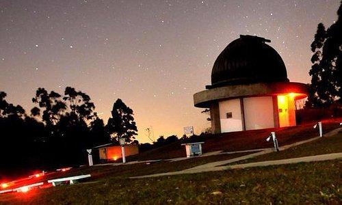 Telescópio. Já vi nossa estrela maior de lá, a lua e muito mais!