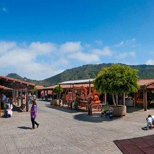 Mercado de productos locales en un espacio con una arquitectura singular