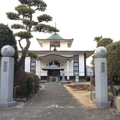 鉄筋コンクリート製の本堂(昭和36年5月に再建)。屋根の上にお堂があり、仏様(釈迦牟尼仏)が鎮座されている。旧本堂は空襲で被災した。